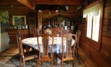 Hubane elutuba on sisustatud pere lemmikmööbliga, millest suurem osa pärineb antiigiäridest.