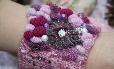 Kootud käevõru kaunistavad nupud ning pärlid.