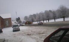 Lumesahad 25. jaanuaril Tori alevikus lund lükkamas