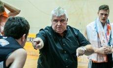 Korvpallitreener Andres Sõber jagab hoolealustele õpetussõnu.