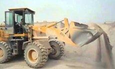 VIDEO: Oskustöölistest puudu? Vaata kuidas suudab juba viieaastane traktoriga tööd teha!
