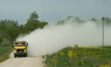 Raikküla elanik kutsus tolmava tee tõttu põllutöötegijaile politsei