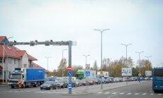 Autode ootejärjekord Heltermaa sadamas eile lõunal
