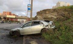 DELFI FOTOD: Laagna teel keeras algaja juht oma autoga uperkuuti