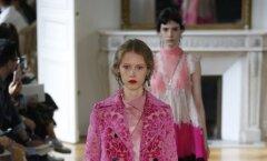 Üks Valentino kevadsuvise kollektsiooni põhikomplekte: vanaroosa mantel heleroosal pükskostüümil