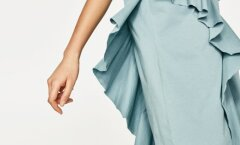 Volangitrend pakub julgematele võimalust rõivastega lõbutseda – näiteks sellise diagonaalselt üle kleidi laiuva satsiga. Zara, 17.95