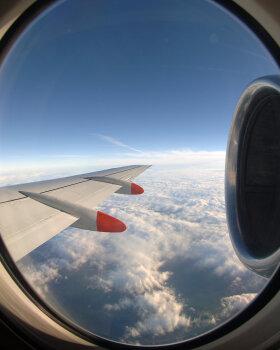 VIDEO | USAs kogub tunnustust raudsete närvidega naispiloot, kes jäi plahvatanud mootori ja katkise aknaga reisilennuki hädamaandamisel imeliselt rahulikuks