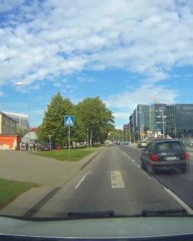 LUGEJA VIDEO | Ülekäigurajast läbi kihutanud auto oleks jalakäijate elud peaaegu lõpetanud