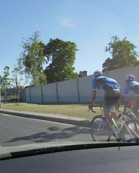 LUGEJA VIDEO | Jalgrattureid liiklusseadus ei piira. Punast tuld ei märgata ja peatutakse oma suva järgi keset autoteed