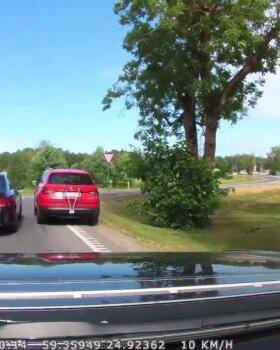 LUGEJA VIDEO | Liiklusraev Jüri alevikus. Mercedes lõikab teisel autol tee ning välja astub pintsakuga autojuht, veri vemmeldamas