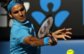 Switzerland's Roger Federer returns a shot against Nikolay Davydenko of Russia during their quarter-final match at Australian Open tennis tournament in Melbourne January 27, 2010.      REUTERS/Mick Tsikas     (AUSTRALIA - Tags: SPORT TENNIS)