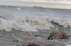Метеорологи предупреждают о сильном ветре и 2,5-метровых волнах