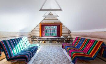 Muinasjutuline palkmaja Saaremaal võlub moodsa ja värvika sisekujundusega