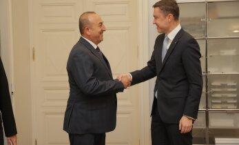 ФОТО DELFI: Глава МИД Турции встретился с премьер-министром Рыйвасом