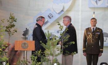 President Ilves andis iseseisvuse taastamise tänukivi loomeliitudele