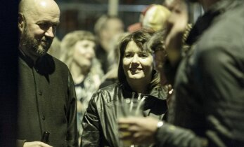 FOTOD: Punane Maja — uus ööklubi, kus isegi poliitikud ja kultuuritegelased ei pelga keset töönädalat lipsu lõdvaks lasta