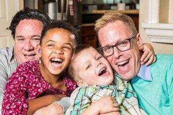 Psühholoogid: lapsendatud lapsed saavad hästi hakkama ka neis peredes, kus vanemad on samasoolised