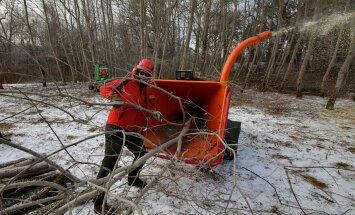 Arborist Heiki Hanso kinnitab, et säärane puiduhakkur on võimeline juba ka tööstuslikus koguses hakkpuitu tootma. Läbi hekseldi võib lasta kuni 20 cm diameetriga notte.