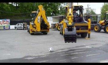 ВИДЕО: Российские строители сыграли в футбол на экскаваторах