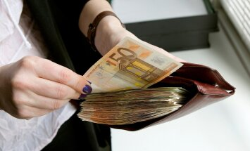 Mida teeksid sina, kui leiaksid rahakoti, mis on otsast otsani sularaha täis?
