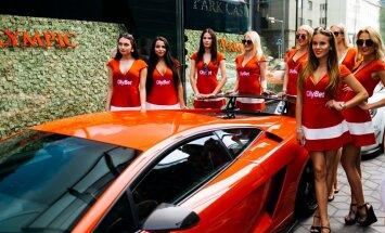 FOTOD ja VIDEO: 10 miljoni eest autosid! Tallinna Hiltoni hotelli ees esitleti luksuslikke supermasinaid