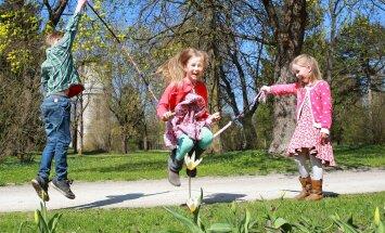 Isetehtud hüppenööriga hüppamine on hoopis lõbusam. Hüppab Laura, Rimmo-Robin ja Anete annavad nöörile hoogu.
