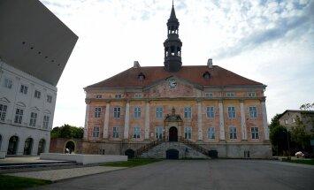 Narva raekoda, vasakul uuenduslik kolledžihoone