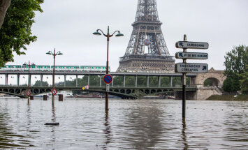 ФОТО: Затопленный Париж глазами туристов