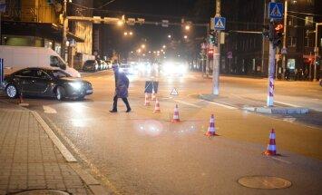 DELFI FOTOD: Tallinna kesklinnas sai viga auto alla jäänud mees
