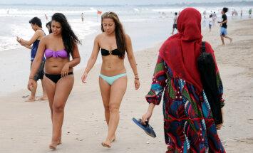 На популярном курорте хотят запретить фотографироваться в бикини