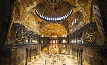 1935. aastal otsustas Türgi Vabariigi looja president Mustafa Kemal Atatürk mošeed muuseumiks ümber kujundada. Sellisena on Hagia Sofia tänapäevalgi külastajatele avatud.