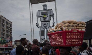 Tehnika tõeline hitt Kongost: Kahejalgsed robotid panevad autojuhte paika