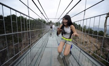 FOTOD: Hiinas avati maailma kõige hirmsam atraktsioon kõrgusekartjatele - klaasist rippsild