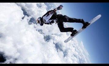 Hull hüpe: Red Bulli ekstreemsportlane kargas lennukilt äikesepilvesse, lumelaud all