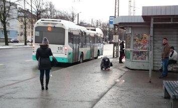 """LUGEJA FOTO: """"Sõle tänava bussipeatuses süstis inimene ennast, lapsed vaatasid pealt"""""""