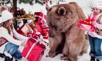 Enneolematu VIDEO: Perekond vahetas jõuludel kingitusi suure karuga