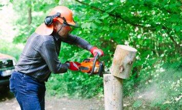 Keskkonnaminister Marko Pomerants saeb maha Neeruti linnamäele viiva tee tõkkepuu posti. Ta pooldab seisukohta, et aiad ja tõkked on loomade jaoks, inimene peab ka ise aru saama, mida tohib ja mida mitte.