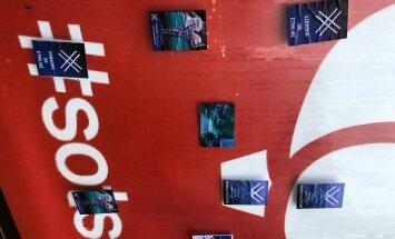 Sotside kontori ees olev reklaamtahvel kleebiti täis