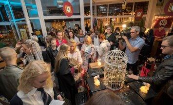 FOTOD: Harry Potteri uus raamat meelitas fännid kell 2 öösel Tallinna südalinna raamatupoodi
