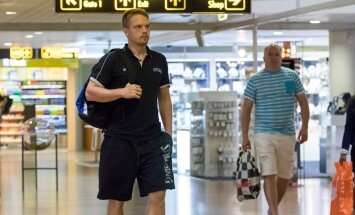 Eesti korvpallikoondis lennujaamas