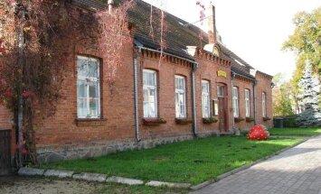 Kondase keskus ees ja mujalgi Viljandis võib leida megamaasikaid, mis pärinevad Paul Kondase loomingust.