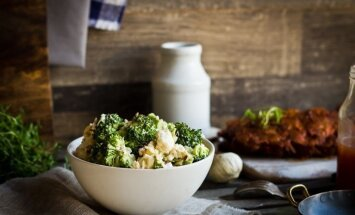 Vasikaribi brokoli-suitsujuustusalatiga.