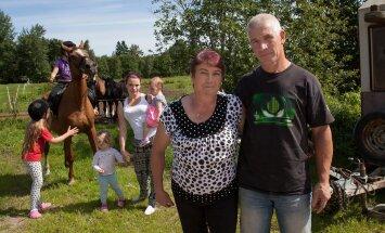 """""""Kõik hobused on enda hobiks, siin ratsutavad ka oma lapsed ja lapselapsed,"""" teatab pererahvas Anne ja Ennu Nurk. Pildil koos tütar Evely ja lastelaste Lisandra ja Ronjaga."""