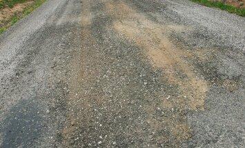 Talunik takistas metsaveokit, mis hoolimata koormuspiirangust kasutas teed raske palgikoorma vedamiseks
