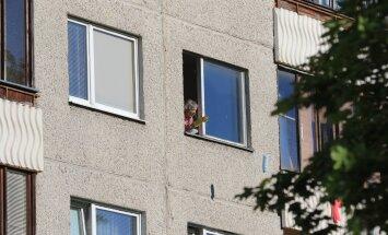 FOTOD SÜNDMUSKOHALT: Ärev olukord Õismäel: mees barrikeeris ennast korterisse ja väitis, et tal on lõhkeainet. Inimesed evakueeriti, liiklus suleti