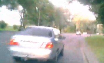 VIDEO: Kahtlaselt manööverdava Nissani juht surus lugeja auto vastu äärekivi