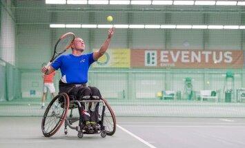 Viljar Villiste harjutab Rocca al Mare tennisekeskuses, kus peetaksed 18.-19.novembrilratastoolitennise Eesti meistrivõistlused.