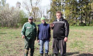FOTO: Mõisaküla mees kinkis Kaido Höövelsonile kirsiaia