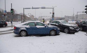 DELFI FOTOD: Esimene lumi tõi kaasa õnnetustelaine - üle Eesti on juhtunud üle 80 avarii