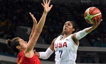 USA korvpallur Maya Moore üritab hispaanlanna Laura Nichollsi vastu palli korvi saata.